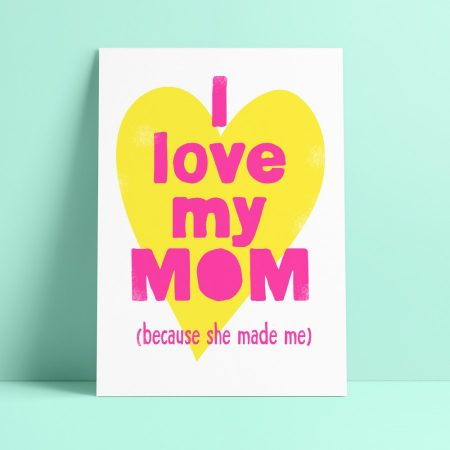 POSTKAART I LOVE MY MOM BECAUSE SHE MADE ME quote gedrukt op 300 grams Gmund papier met een RISO printer in fluor pink en geel. Ideaal voor moederdag