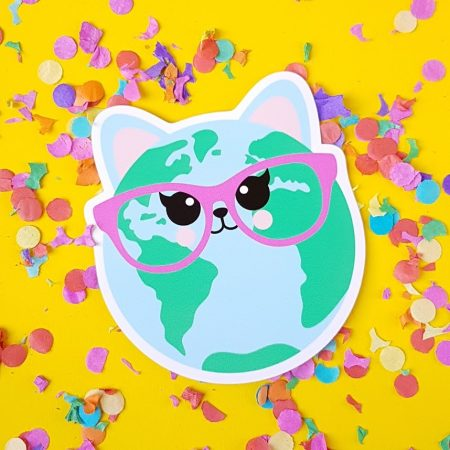 "Iedere catlover zou deze STICKER CAT WORLD 10 cm moeten hebben voor op haar laptop of agenda. Want Beyonce had het bijna goed  ""WHO RUN THE WORLD?"" CATS !!!"