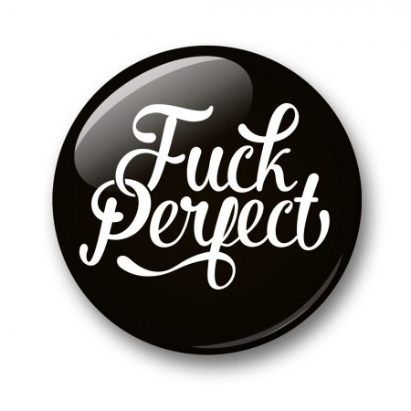 BUTTON 32 MM FUCK PERFECT ZWART